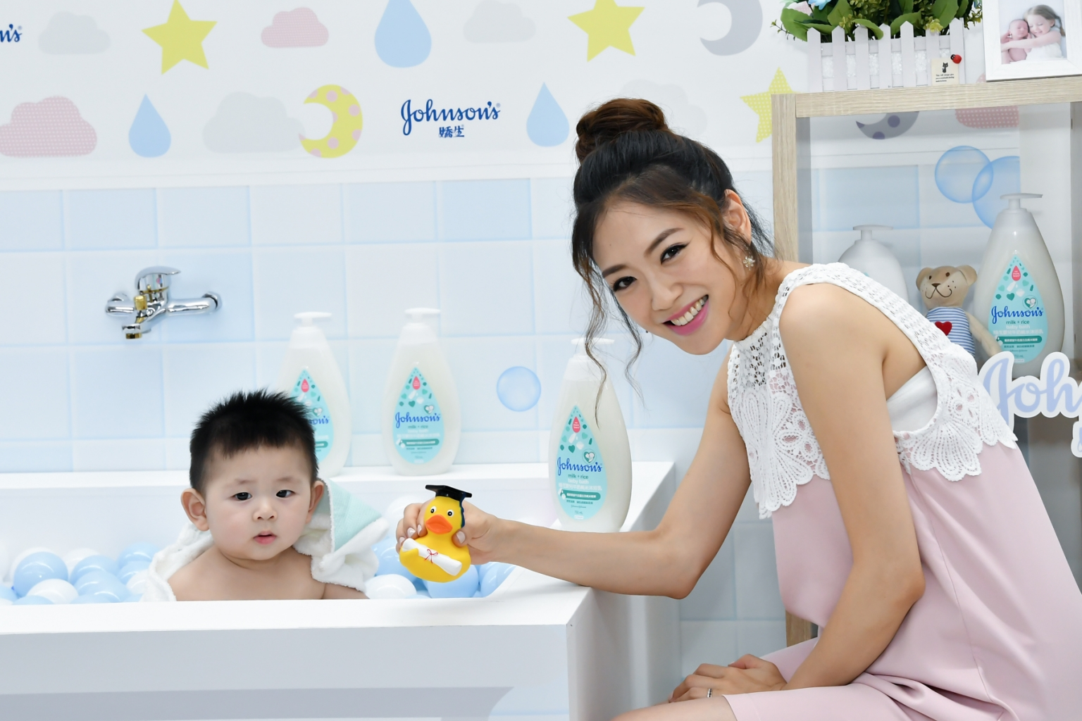 「天使寶寶」娃寶的愛笑秘訣竟與刺激娃寶的感官發展有關!秘訣是洗澡時的嗅覺、視覺互動,選擇低敏的洗沐用品