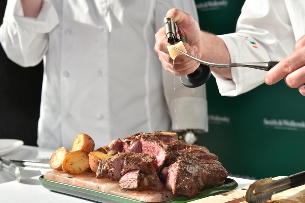 主廚淋上乾式熟成牛油