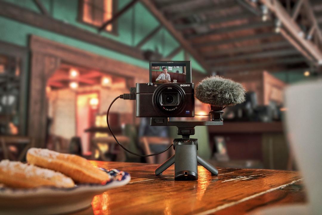 圖4) Sony Rx100 Vii 專業影片拍攝功能全面有感升級,優化之高速混合式自動對焦錄影,精準度、速度、追蹤準確度大幅提升,並首度加入外接麥克風插孔,提供創作者更便利的收音表現。
