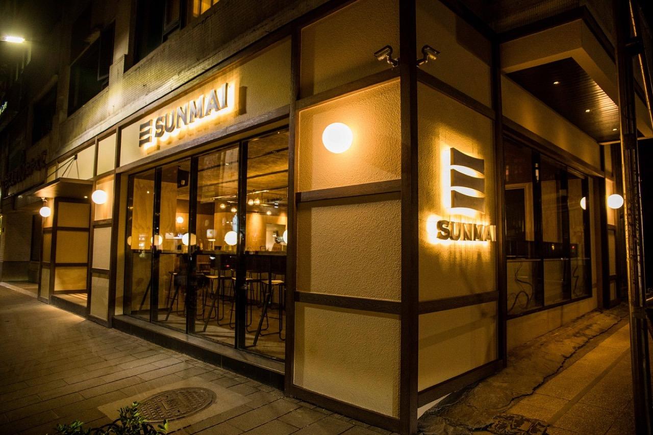 圖8.sunmai Bar安和店穿透式設計,讓店內、外暖色調的圓燈交互輝映、點綴城市夜晚。