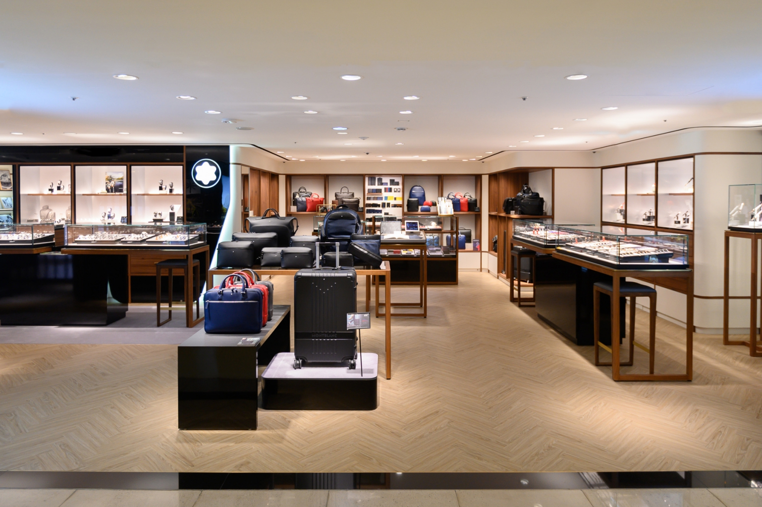 萬寶龍sogo復興館專賣店以低調雅致的木質色彩與經典元素全新改造,帶來更寬敞且明亮的展示空間,提供顧客完整操作體驗,充分享受尊榮感與專業的服務 2