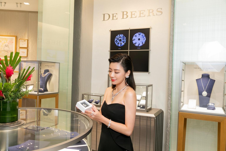 賈靜雯鑑賞de Beers 逾40克拉的頂級梨形切割白鑽