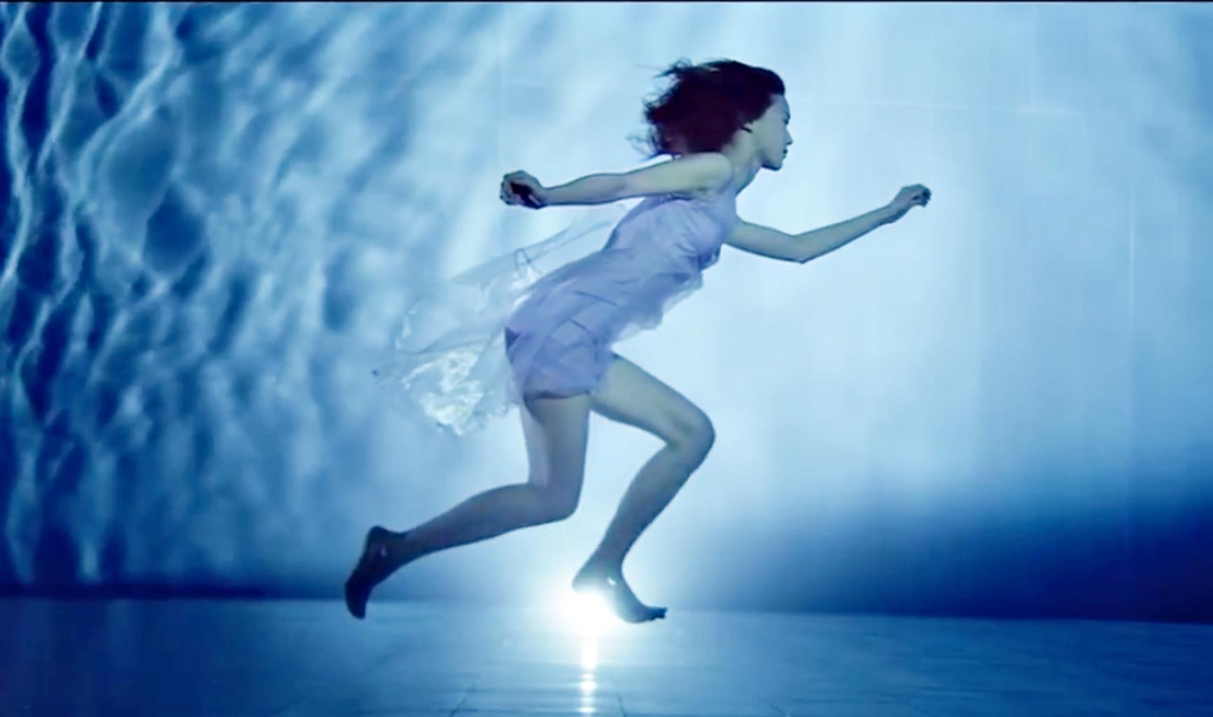鍾瑶在水中拍攝12小時