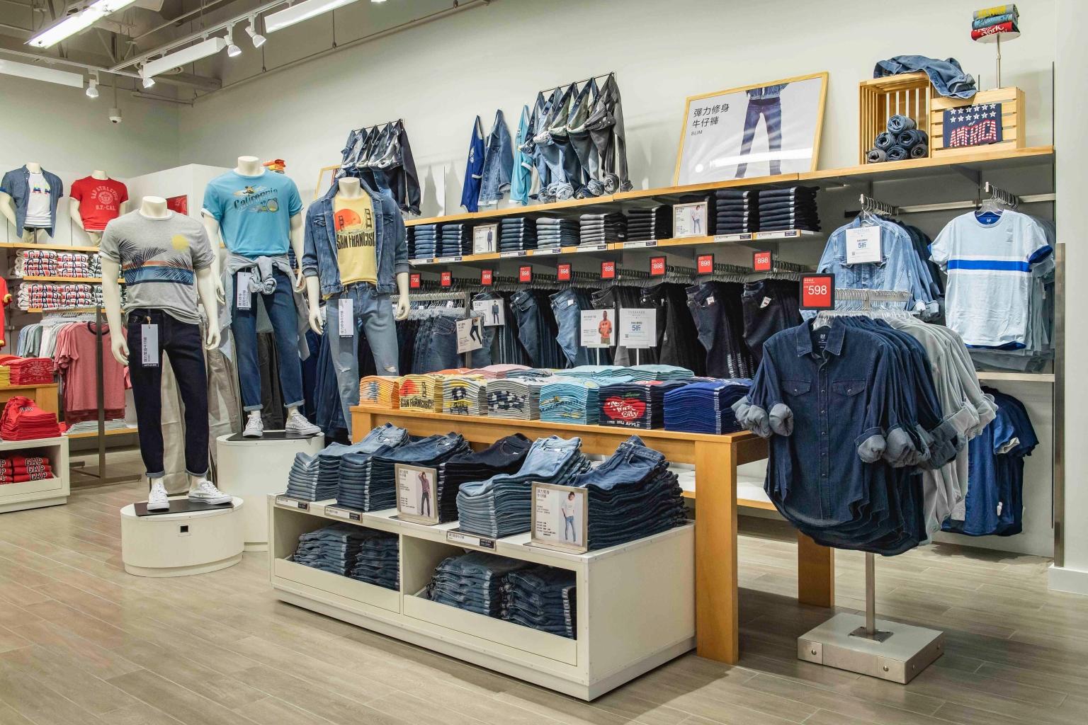 Gap Outlet集結經典logo及牛仔丹寧款商品,完整的基本款品項,提供消費者絕佳的日常穿搭選擇。