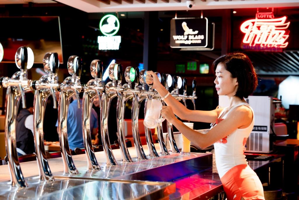 Hooters信義店美式餐廳提供12款生啤酒