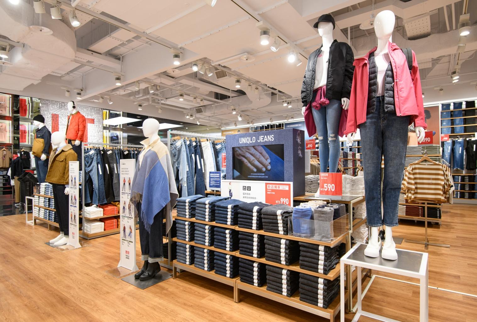 Uniqlo Att 4 Fun信義店jeans專區