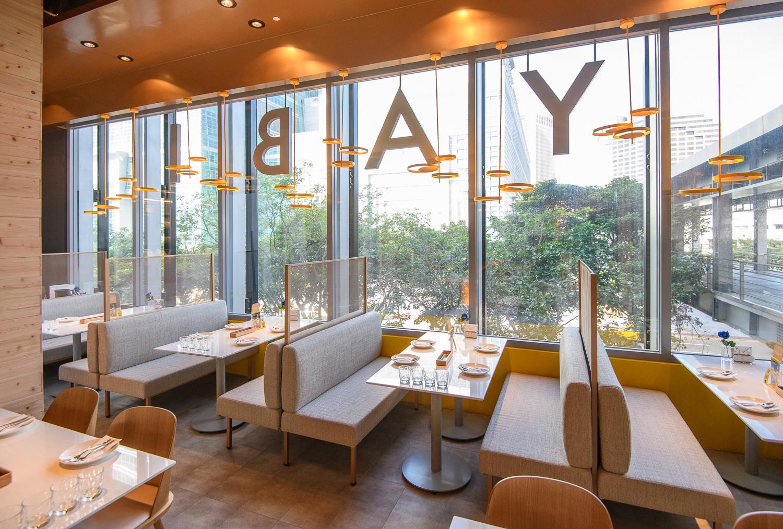 Yabi Kitchen店觀融合時尚、樂趣及休閒等元素,運用大量亮黃主色調搭配暖色系木質